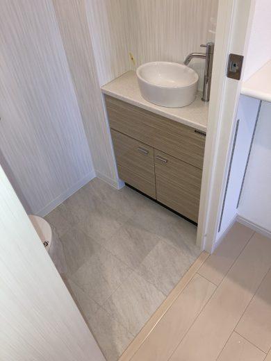 トイレ内陶器製手洗いボウル付人造大理石カウンター